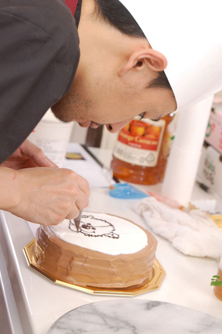 似顔絵ケーキ制作風景